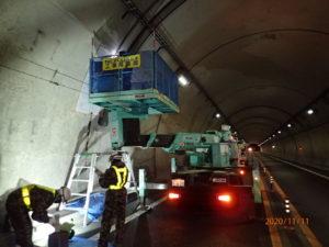 トンネル補修工 小片を超えるはく落対策工 施工状況